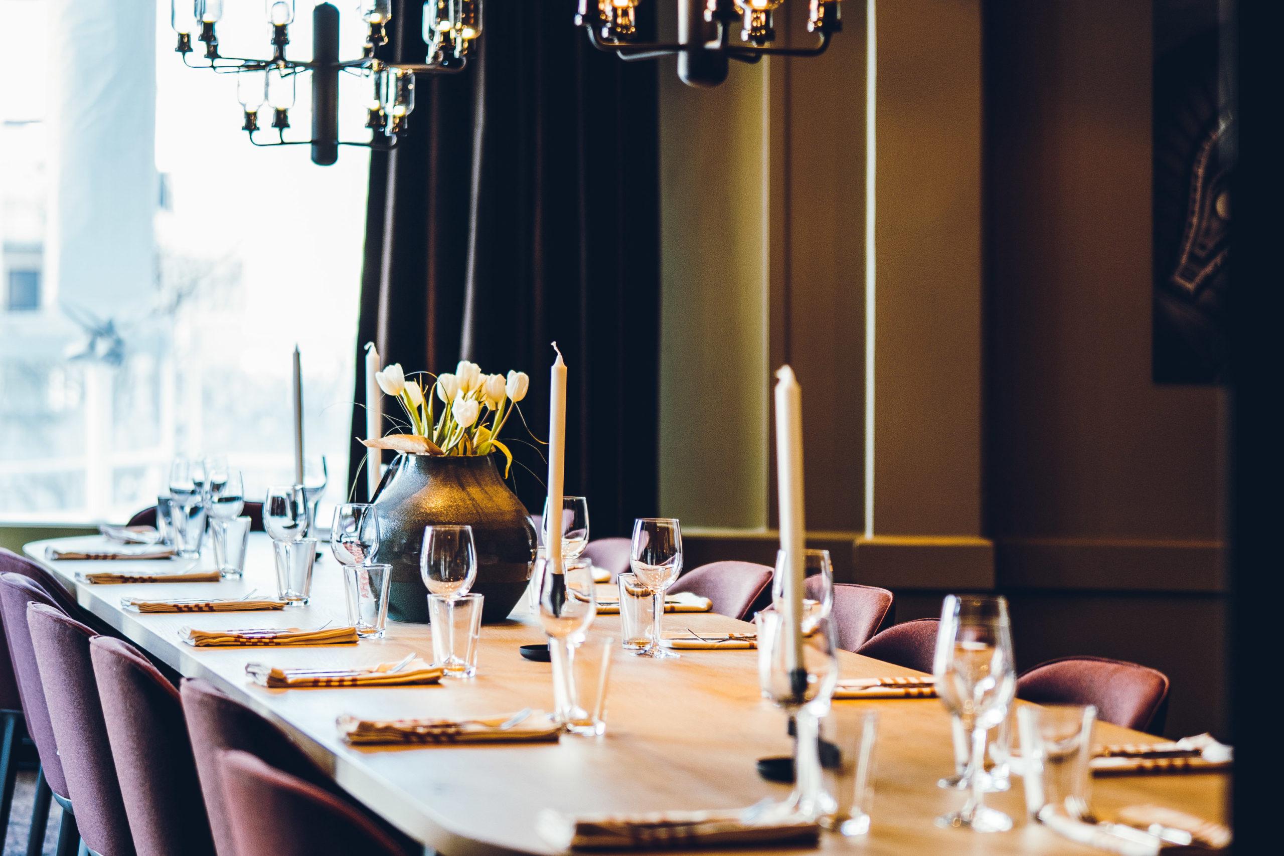Pådekket bord, selskapsrom på Bjørk