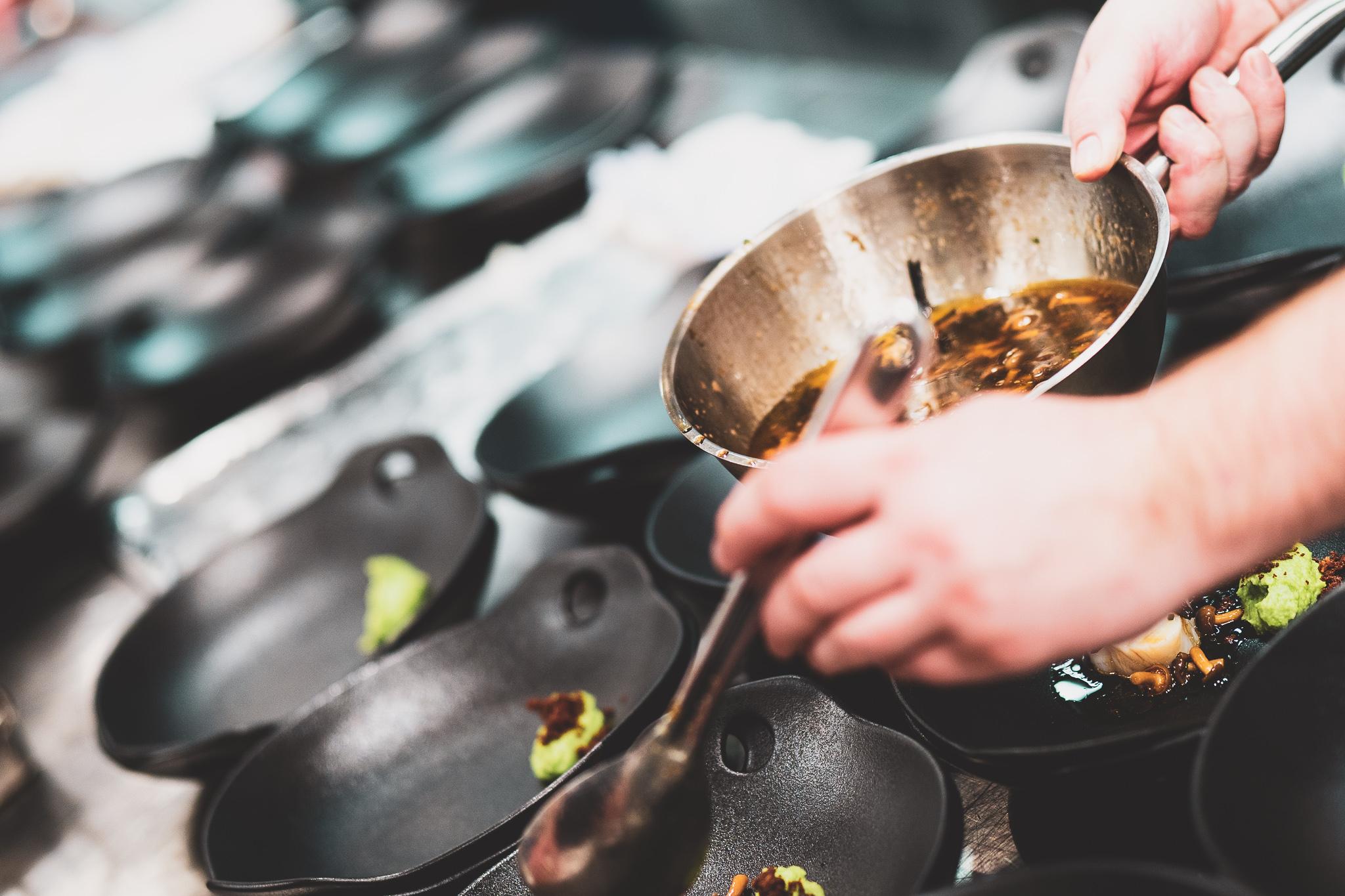Kokk legger opp mat på tallerken