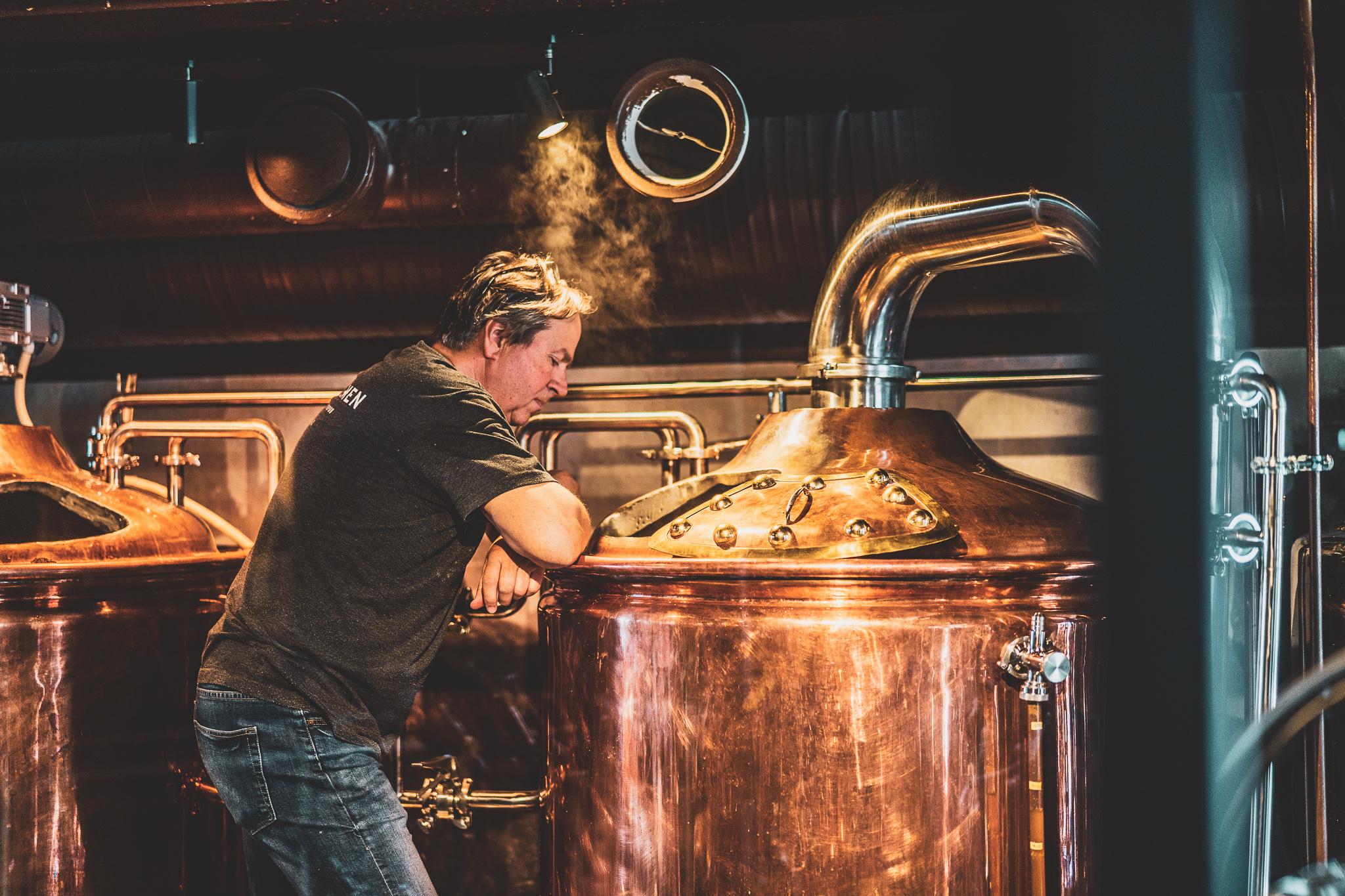Mann på bryggeri